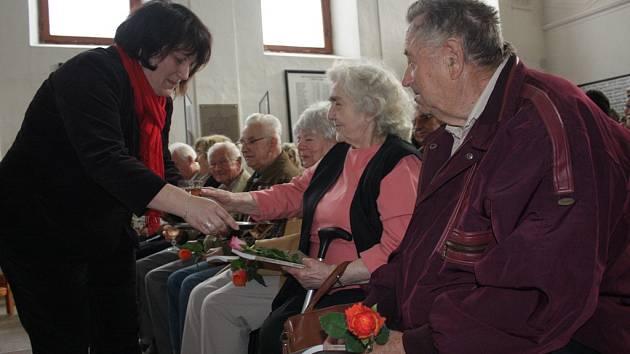 Knihu s názvem Po stopách zmizelých sousedů dostali před třemi lety lidé v Třešti z rukou Heleny Štumarové.