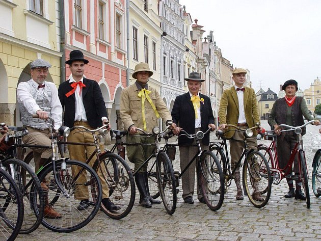 Defilé členů klubu na náměstí Zachariáše z Hradce v Telči.