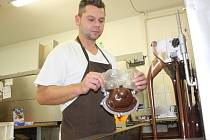 Vůně čokolády je ve výrobně ve Vyskytné všudypřítomná. Na strojích se během směny točit nepřestane.