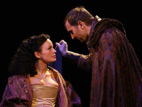Jitka Čvančarová (na snímku) a Zuzana Slavíková se představí v hlavních rolích  divadelního  představení Divadla pod Palmovkou s názvem Ať žije královna. Divadlo pod Palmovkou bude v jihlavském Horáckém divadle hostovat v pondělí 10. listopadu.