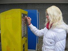 Papírové jízdenky na MHD zatím vydávají pouze žluté automaty (v popředí). Jsou rozmístěny po celém městě. Od 1. května už do nich lidé naházeli téměř 33 tisíc korun. Modré automaty by měly začít fungovat dnes.
