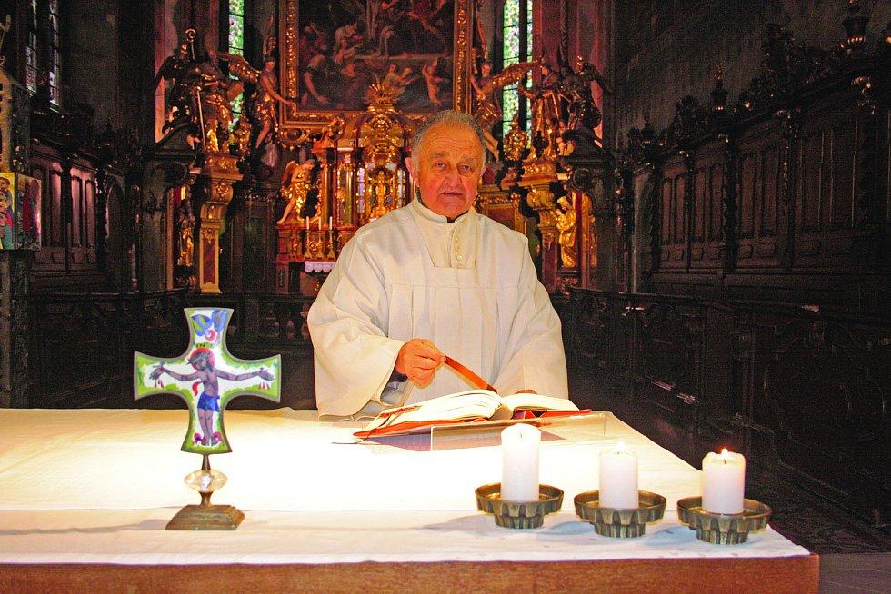Jiří Nosek (nar. 1933) připravuje mši v kostele sv. Jakuba.