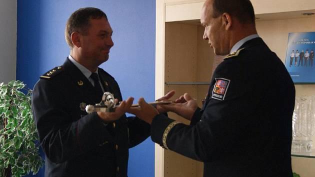 První náměstek policejního prezidenta Martin Vondrášek předal ve čtvrtek v Jihlavě odcházejícímu řediteli Krajského ředitelství policie kraje Vysočina Radku Malířovi nejvyšší policejní ocenění-policejní kord.