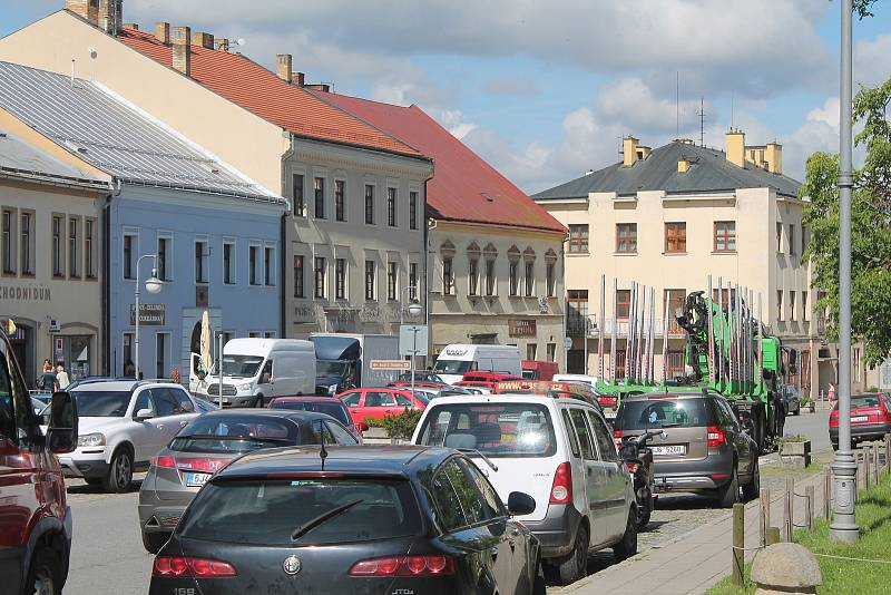 Doprava v historickém centru Polné je velmi frekventovaná. Foto: Deník/