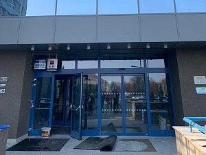Hlavní vchod do nemocnice je již průchozí.