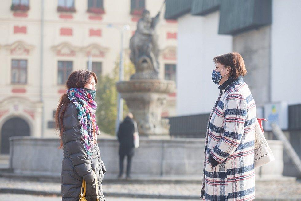 Povinné nošení roušek na Masarykově náměstí v Jihlavě.