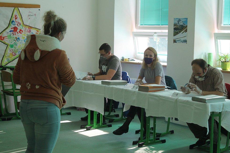 První voliči hlasující v krajských volbách 2020 na ZŠ E. Rošického v Jihlavě.