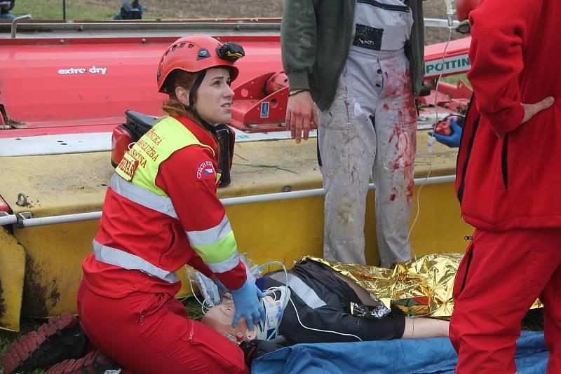 Záchranáři cvičili situaci, kdy traktor s žací lištou přejede na poli člověka.