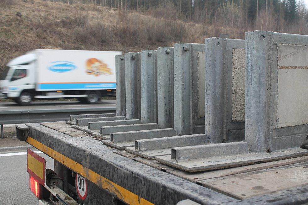 Dvanáctimetrové betonové bloky vozily tahače. Ty křižovaly dálnici celý víkend.