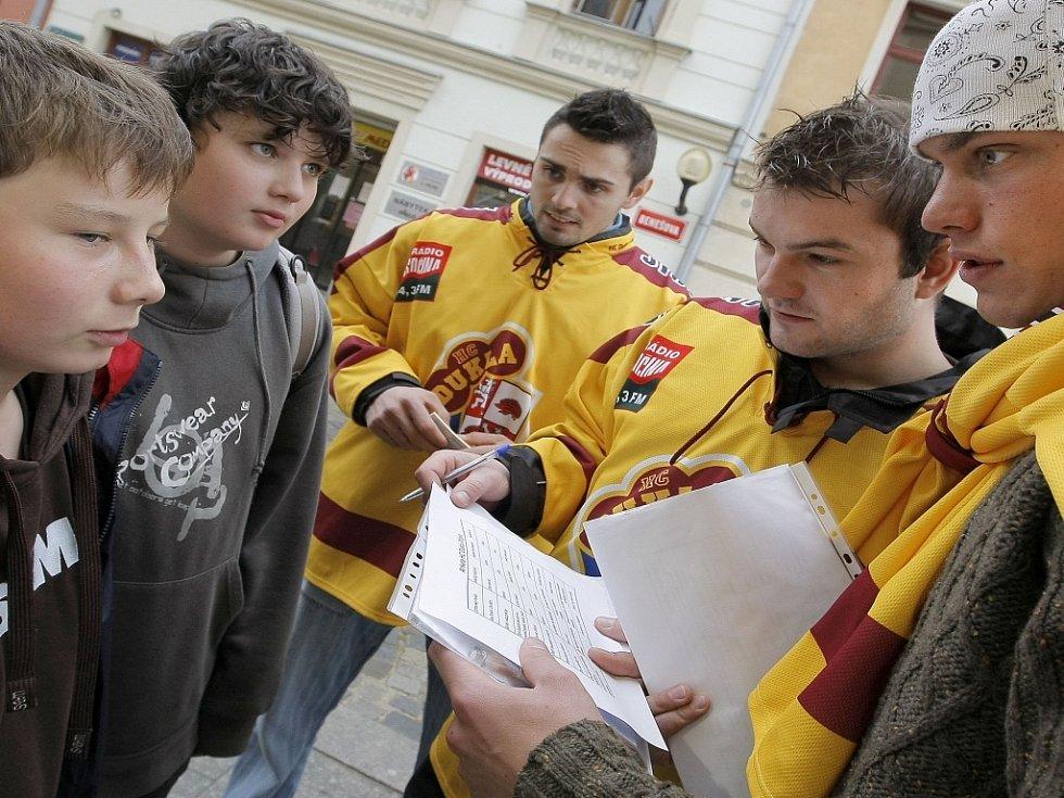 V pátek odpoledne se do jihlavských ulic vydalo osm hokejistů Dukly Jihlava, aby rozdali volné vstupenky na sobotní prvoligové derby s Havlíčkovým Brodem.