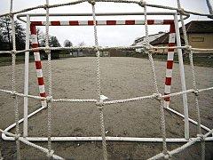 ŽELEZNÁ LANKA. Branka, která ve čtvrtek spadla na šestiletou dívku na házenkářském hřišti v Dolní Cerekvi na Jihlavsku, byla v pátek už připevněna železnými lanky.
