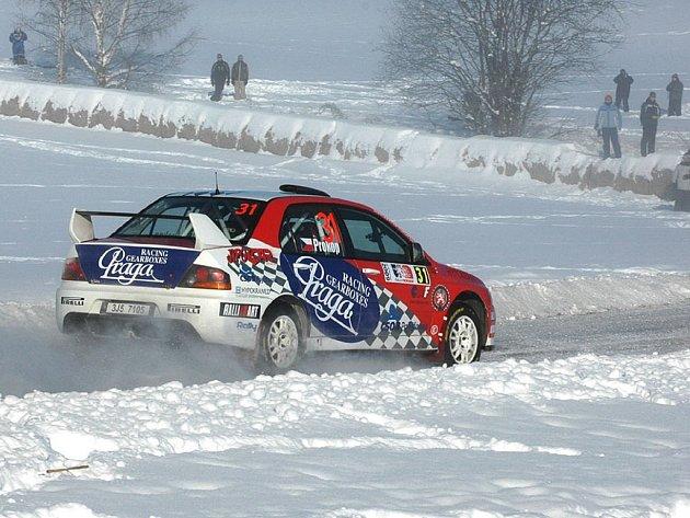 """Všudepřítomný sníh přivítal Martina Prokopa v Hamaru.  """"Na sněhu jezdíme jednou za rok, takže mi stále chybí zkušenosti, ale s každým kilometrem se to bude zlepšovat. Hodně bude záležet na výkonech Seveřanů a také časech speciálů Super  2000,"""" říká Prokop"""