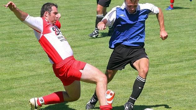 Janovický Tomáš Reiterman (vlevo) utkání ve Velké Bíteši kvůli prošlápnutému kotníku nedohrál. Trenér Tomáš Jansa doufá v jeho brzké uzdravení.