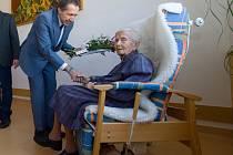 Gratulace jubilantce. Náměstek primátora Jaroslav Vymazal k přání přidal za město květiny, pamětní list a tombakový čtverec.