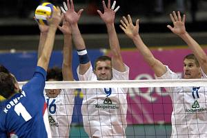 Telčský univerzál Jan Štokr (uprostřed) si v zápasech proti Itálii (Češi vyhráli dvakrát 3:2) připsal nejvíce bodů. Výběr trenérů Svobody a Hadravy momentálně piluje formu na zářijové mistrovství Evropy, které se koná v Česku a Rakousku.
