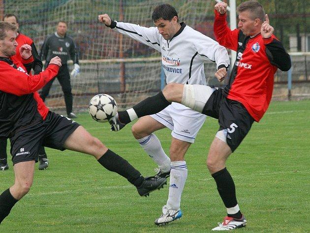 Humpolecký zadák Michal Černík (vpravo) středeční utkání s Hartvíkovicemi kvůli svalovým problémům nedohrál. V derby v Pacově tak asi nenastoupí.