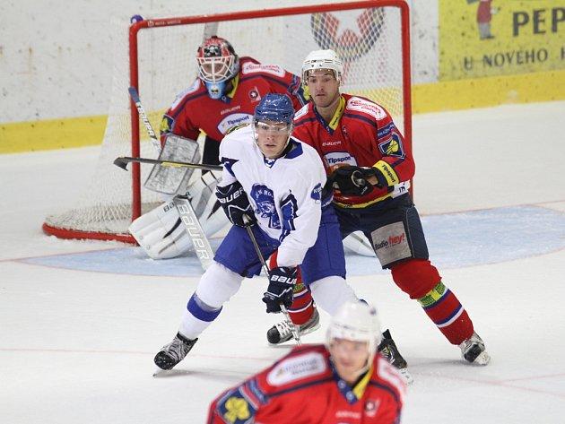Na tvrdý souboj se Šumperkem doplatili zraněním hned tři hráči Třebíče. Jedním z hokejistů, kteří duel nedohráli, byl i Eduard Kadela (v souboji ze zápasu s Kometou).