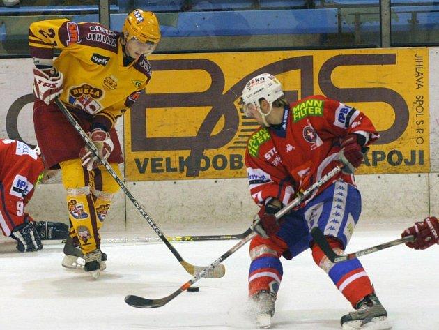 Hokejový útočník Jiří Hanzal (u puku) by měl i příští sezonu strávit v prvoligové Jihlavě.