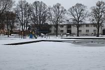Vodní nádrž uprostřed Hodic slouží v zimě k bruslení.