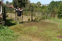 Vladimír Bambušek stojí u brány své zahrady, kde chtěla nalézt útočiště pronásledovaná žena. Na tomto místě skončil její život i život jejího manžela.