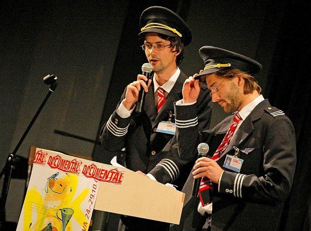 Moderátoři pátečního večerního zahájení Mezinárodního festivalu dokumentárních filmů v Jihlavě přišli v uniformách pilotů.