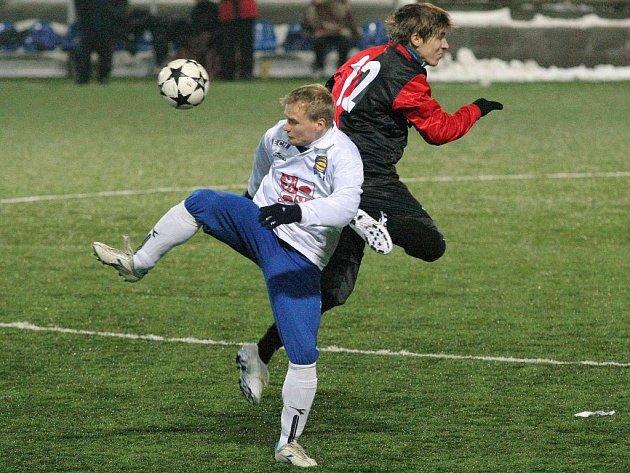 Fotbalisté Jihlavy (v bílem Pavel Bartoš) představili v prvním poločase v zápase v Humpolci několik nových tváří. Výhra proto nebyla zase až tak jednoznačná.
