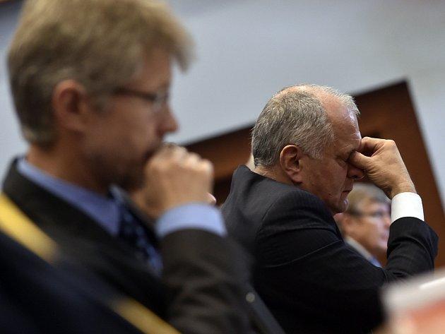 Vydrží? Na tom, zda Josef Pavlík (vpravo) byl, či nebyl členem Lidových milicí, závisí i osud krajské koalice. Pokud by se Pavlíkova účast vmilicích potvrdila, podle krajského předsedy ODS Miloše Vystrčila (vlevo) by občanští demokraté koalici opustili.