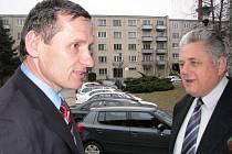 Jiří Čunek (vlevo) měl v úmyslu pobýt v Třešti pouze asi 40 minut. Nakonec se zdržel na pondělní diskusi v kulturním domě asi dvě hodiny. Na snímku jej při příchodu sleduje Vítězslav Šalanda, předseda místní organizace KDU–ČSL.