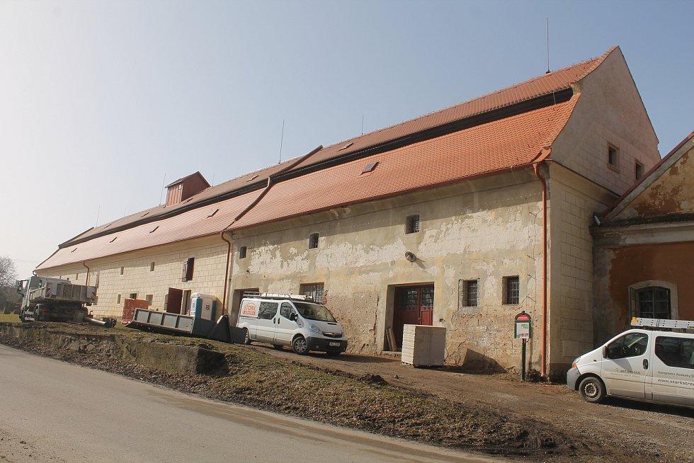 Brtnická radnice průběžně opravuje místní sýpku.