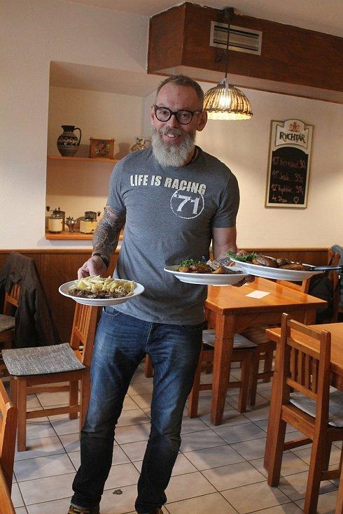 Dalibor Špejtek má v Lukách Hostinec u Procházků. Kromě toho provozuje v létě restauraci Kolnička, v zimě pak nabízí občerstvení chata Gizela na sjezdovce.