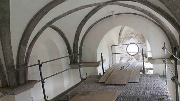 Polovinu hradu Roštejn v současné době obsadili dělníci. Na malém a velkém ochozu, v kapli a botanickém sále se pustili do celkové obnovy hradu, projekt chce navázat na dobu před vyhořením v roce 1915.