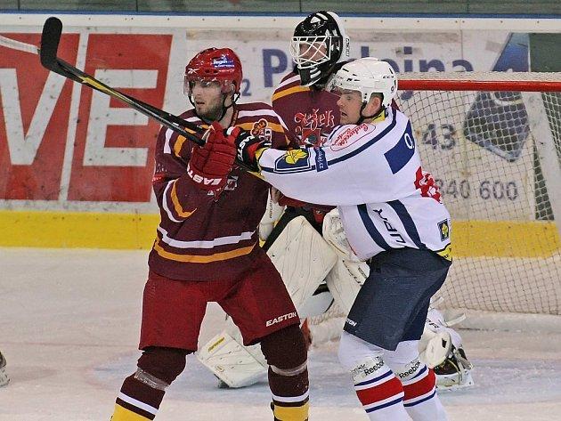 Jihlavští hokejisté (v červeném) po porážce v Třebíči (3:5, snímek z tohoto utkání) prohráli se svým rivalem i domácí zápas. Hokejisté Horácké Slavie tak přeskočili svého protivníka v tabulce Regionálního poháru.