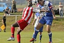 Fotbalisté Staré Říše (vlevo Ali Osumanu) se dnes poprvé představí v zimní přípravě. Svěřenci trenéra Luďka Kovačíka změří síly s A-třídními Kouty.