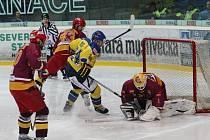 Ústečtí hokejisté se včera marně snažili překonat jihlavskou obranu. Dukla první semifinále senzačně vyhrála na severu Čech 4:2.