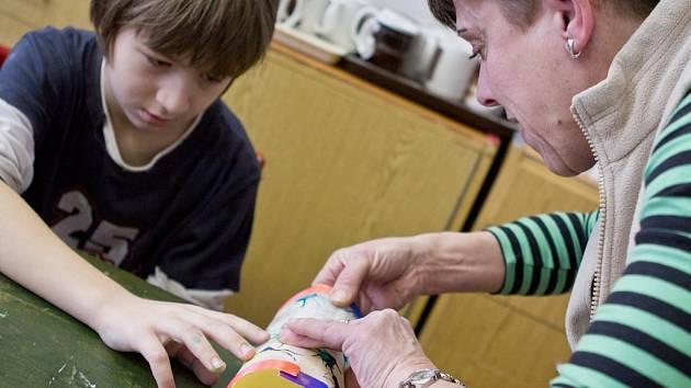 Dětem šla výroba barevných lampionů od ruky.