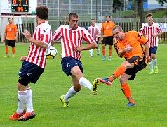 Fotbalistům Telče (v oranžových dresech) vstup do nového ročníku I. A třídy vyšel bezvadně. S osmnácti body jsou třetí, a není tedy divu, že se na nedělní výzvu v podobě derby s Třeští těší. I hosté ale chtějí potvrdit vzrůstající formu.