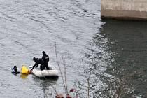 Policejní potápěči hledali pod hladinou Želivky další důkazy