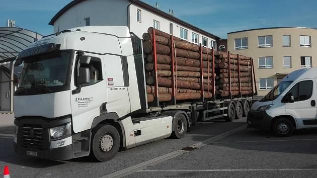 Policejní kontroly kamionů se dřevem na Vysočině.