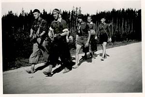 Rudolf Hecht s kamarády z trampské osady Švencíři před válkou na cestě do Třebíče.