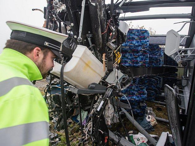Dopravní nehoda linkového autobusu s kamionem na křižovatce silnice II/602 a II/351 mezi Vysokými Studnicemi a Řehořovem.