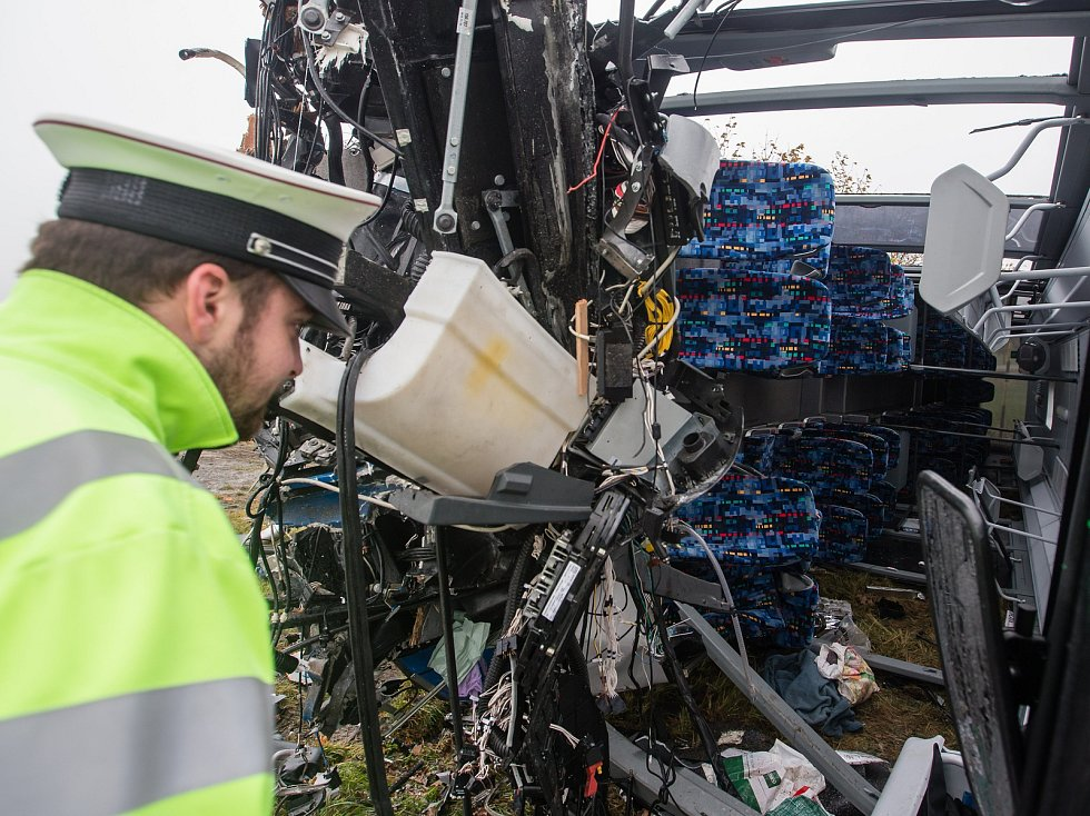 Jedna z letošních nehod. Dopravní nehoda linkového autobusu s kamionem na křižovatce silnice II/602 a II/351 mezi Vysokými Studnicemi a Řehořovem.