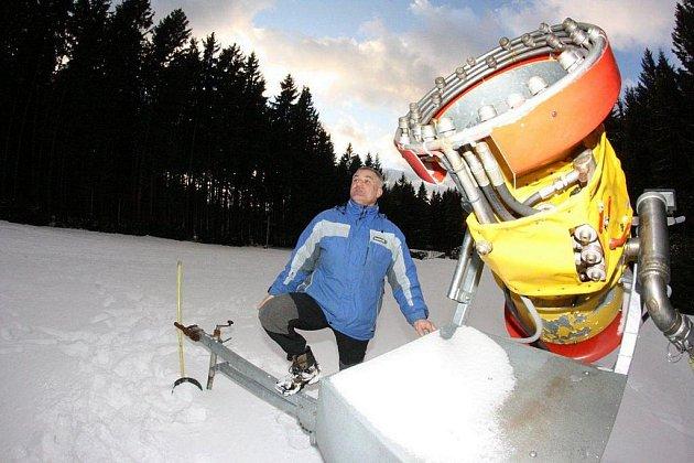 Správce lyžařského areálu na Čeřínku Miroslav Navrátil v sobotu odpoledne už věděl, že na noc sněhová děla bude moci konečně spustit.