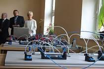 Na speciálních zařízeních v učebně mechatroniky může pracovat naráz deset studentů.