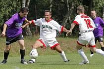 Fotbalisté Puklic (ve fialovém) i Stonařova se zodpovědně připravují na blížící se náročnou jarní část.