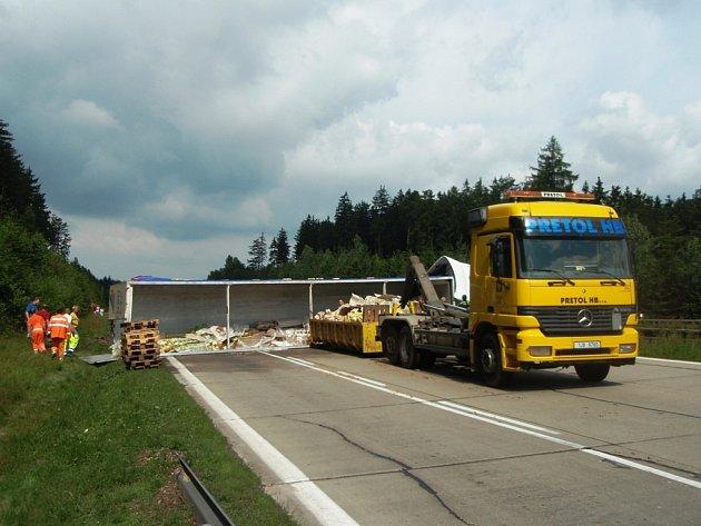Převrácený kamion vezl minerální vody. Měly být naskládány na zhruba 32 paletách.