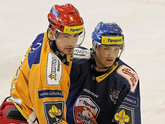 Takhle se Jonáš Fiedler (vlevo) rval v uplynulé sezoně v dresu Jihlavy. V té příští už bude hájit barvy Rebelů.