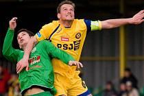Ve vzdušném souboji se ocitl jihlavský kapitán Filip Dort (ve žlutém dresu). Právě on se v první půli podepsal proměněnou penaltou pod konečný remízový výsledek 1:1.