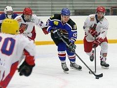 Splnili cíl. Hokejisté Telče (v bílých dresech) přešli přes rezervu Velkého Meziříčí do finále krajské soutěže. Tam se střetnou s rivalem z Veverské Bítýšky.