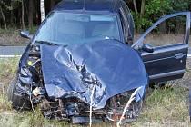 Těžkým zraněním skončila dopravní nehoda motorkáře a dvou vozů mezi Hamry nad Sázavou a Sázavou na Žďársku.