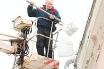 Jihlava se v úterý pustila do úklidu sněhu, který vytrvale padal od sobotního večera. Sníh musel dolů i ze střechy jednoho z domů v Benešově ulici.